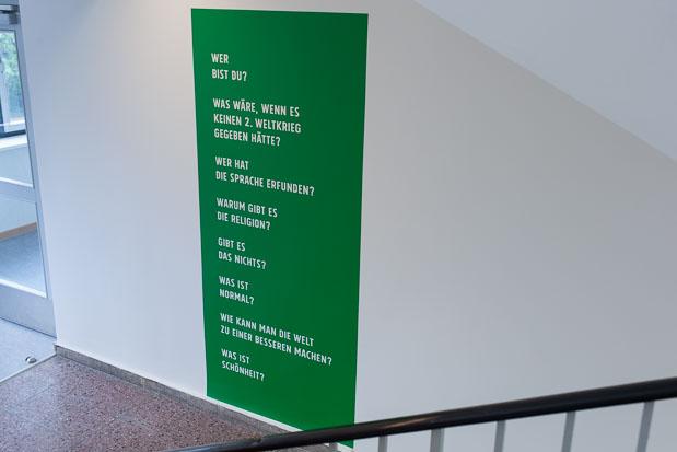 10000 Fragen, Text-Installation mit Fragen in Schule, Kunst am Bau