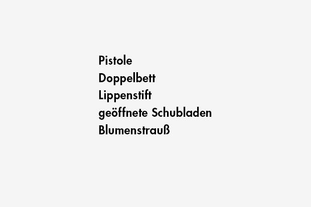 Pistole / Doppelbett / Lippenstift / geöffnete Schubladen / Blumenstrauß