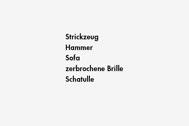 Strickzeug / Hammer / Sofa / zerbrochene Brille / Schatulle