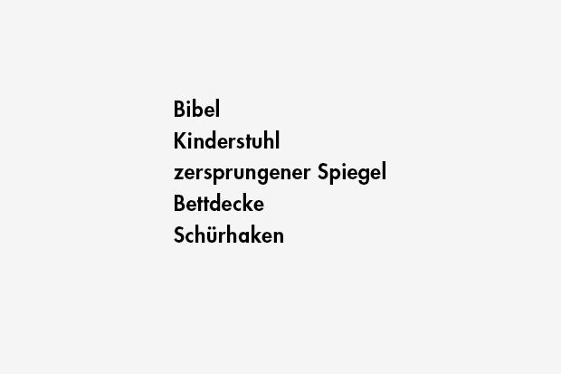 Bibel / Kinderstuhl / zersprungener Spiegel / Bettdecke / Schürhaken