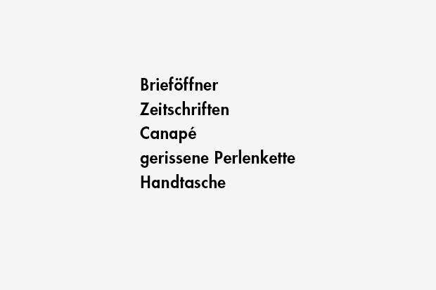 Brieföffner / Zeitschriften / Canapé / gerissene Perlenkette / Handtasche